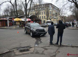 В Одессе авто охранной фирмы не разминулось с кроссовером (фото)