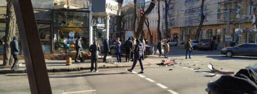 Авария в центре Одессы: машину занесло на тротуар (фото, видео)