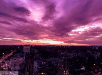 Червоний, рожевий та фіолетовий: в Одесі спостерігали дивовижний захід сонця (фото)
