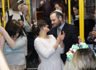 Как в одесском трамвае свадьбу отмечали (фото)