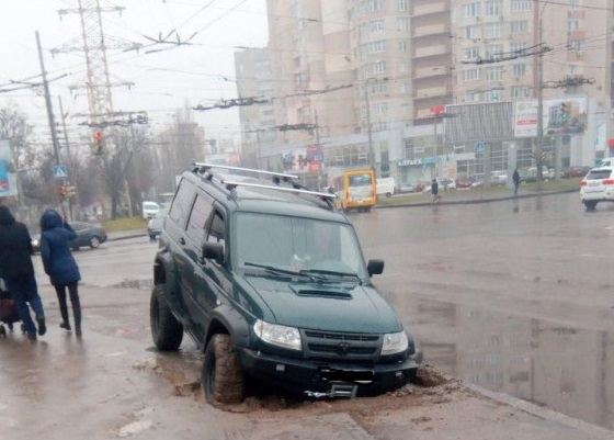 В Одесі частина припаркованого на тротуарі позашляховика провалилася під землю (фото)