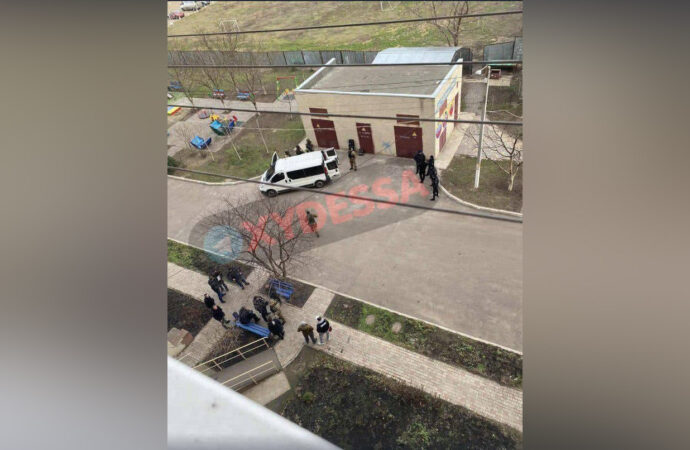 В Одессе стрелок целился в детей из окна высотки (видео)