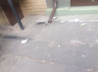 На Успенской улице обрушился фасад: у проходившей мимо одесситки сотрясение мозга
