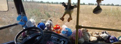 Просто так: в Одесской области водитель автобуса дарит игрушки маленьким пассажирам (фото)