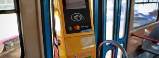 В одесском трамвае начали принимать оплату банковской картой (фото)
