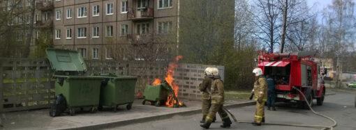 В Одессе поджигатель терроризирует горожан, устраивая пожары в мусорном контейнере