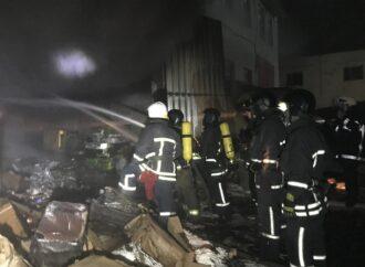 На окраине Одессы пылал склад с сигаретами и бочками спирта (фото)