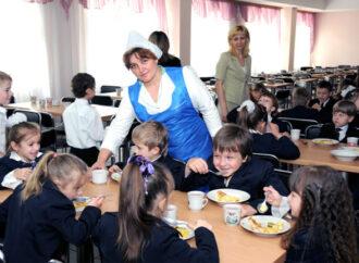 Одесситам предлагают платить за питание в школах безналом
