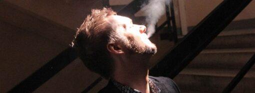 Украинцам хотят законом запретить курить в подъездах и на остановках