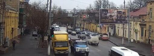 Грузовик повредил светофор на одесском перекрестке (видео)