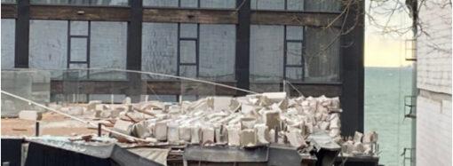 В Одесі на Ланжероні обвалилася стіна недобудованого готелю (відео)