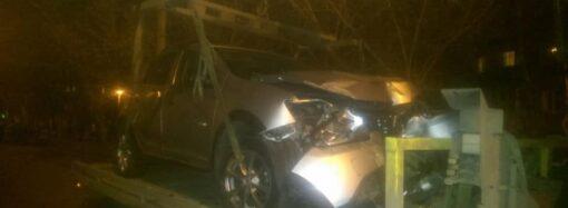 В Одессе пьяный водитель влетел в разрытую коммунальщиками яму (фото, видео)