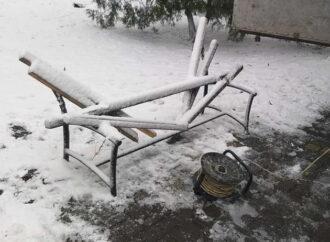 Неизвестные повредили скамейки в одесском сквере (фото)
