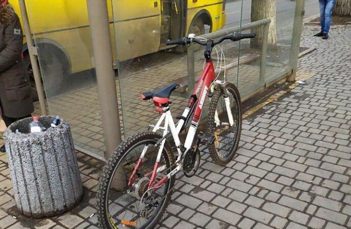 В Одесі троє чоловіків намагалися викрасти велосипед та втекти на тролейбусі
