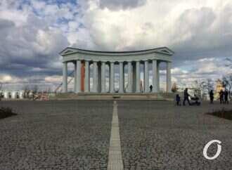 Благоустройство по-одесски: возле Воронцовской колоннады уже разрушается плитка