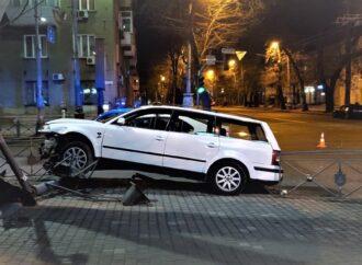 Снесли светофор: одесситов просят быть осторожными на перекрестке в центре города (фото)