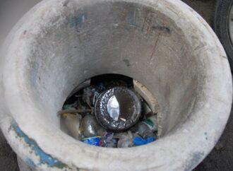 Одесские колодцы превращаются в мусорные свалки