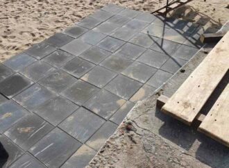 Жители Черноморки жалуются, что ближайший пляж застилают плиткой