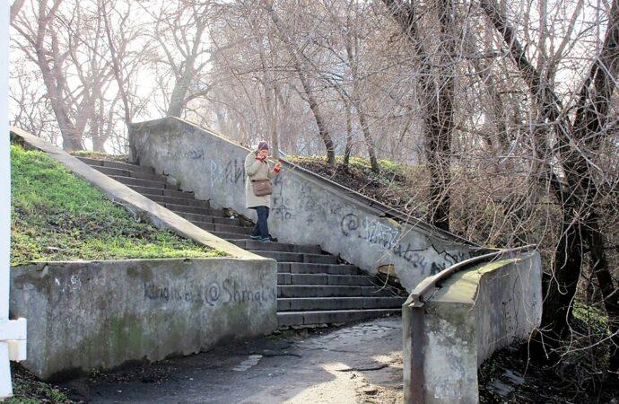 В память об одесской конке: рельс из позапрошлого века «работает» перилами невзрачной лестницы