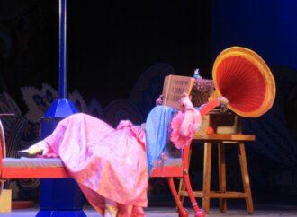 Барышня уже легли с томиком Толстоевского в руках: как в Одесском театре музкомедии прошла премьера мюзикла «За двумя зайцами»