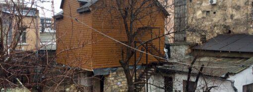 Из-за самостроя в центре Одессы трещит по швам жилой дом (фото)