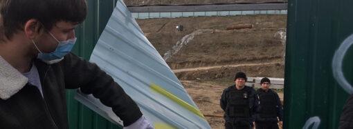 В Одессе активисты снесли забор вокруг скандальной стройки на Фонтане (фото)