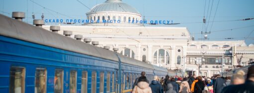 Бегал ночью по вагонам: в Одессе подросток почти сгорел от удара током