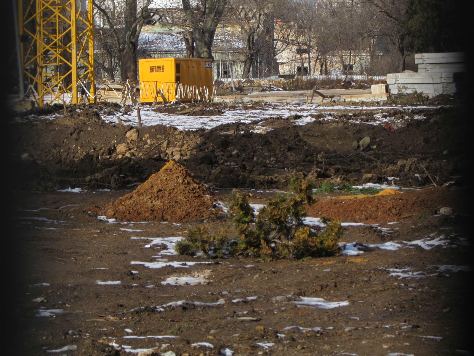 Все же на площадке заметны следи спила деревьев