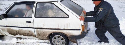 Впродовж дня в Одеській області поліцейські витягнули зі снігових заметів близько семидесяти автівок (фото, відео)