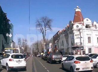 Штормовой ветер в Одессе: строительные леса рухнули с дома Либмана прямо на дорогу