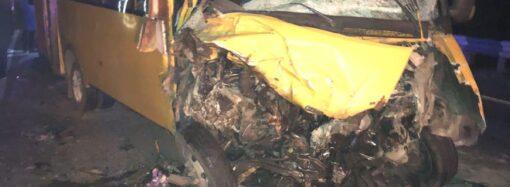 На трассе Одесса-Мелитополь грузовик выскочил на встречку и столкнулся с автобусом: пострадало 10 человек