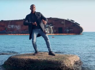 Нигерийский рэппер снялся в клипе с затонувшим в Одессе танкером Delfi (видео)
