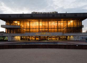 Афиша месяца: спектакли о любви, Вахтанг Кикабидзе и музыкальный голос Парижа