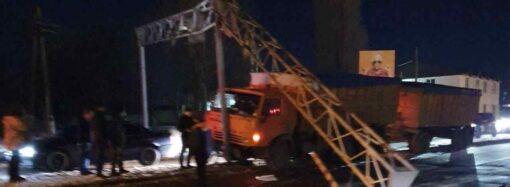 Большегруз близ Одессы въехал в столб-ограничитель высоты (фото)