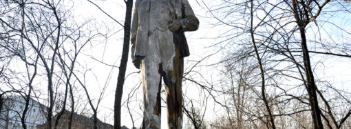 На окраине в синих туфлях: в Одессе показали последний памятник Ленину (фото, видео)
