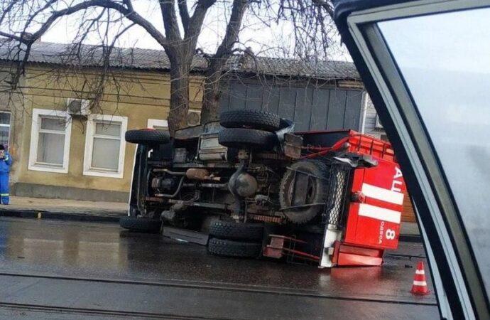 Тройное ДТП в Одессе: пожарная машина опрокинулась на дорогу