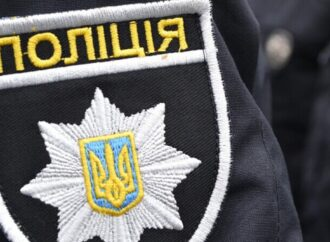 Ушкодження руки та ключиці: в Одесі чоловік напідпитку побив поліцейську