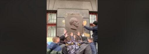 В центре Одессы активисты сняли памятную доску в честь маршала Жукова (фото)