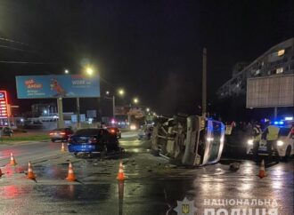 Во время ДТП на одесском поселке Котовского перевернулся микроавтобус (фото)