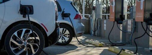 В Одессе накажут тех, кто припаркуется на станции для зарядки электромобиля (видео)