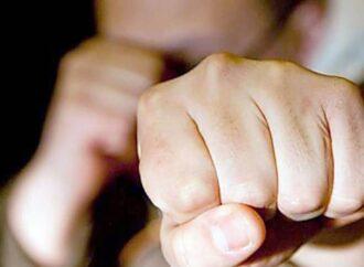 В Одесі три підлітки побили та пограбували чоловіка: їм загрожує позбавлення волі