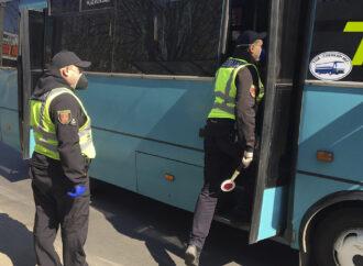 Начали штрафовать: в Одессе полиция проверяет, как соблюдают карантин в транспорте