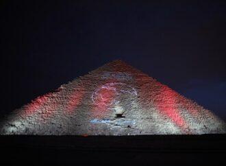 Коронавирус в мире: на волне пандемии египетскую пирамиду подсветили тематической надписью (фото)