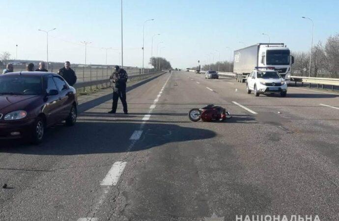 Проїхав між двома вантажівками: на трасі Одеса — Київ у ДТП постраждав мопедист