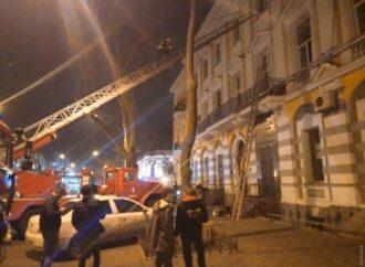 В Одесі під час гасіння пожежі постраждав рятувальник (фото)