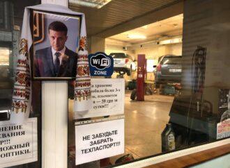 В Одессе СТО украсили портретом президента Зеленского в рушниках: фотофакт