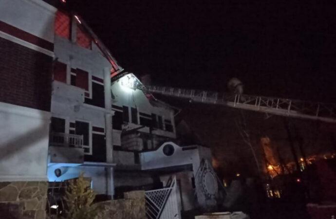 В курортном поселке под Одессой пылала база отдыха (фото, видео)