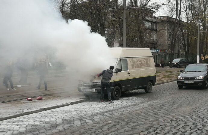 В исторической части Одессы пылал микроавтобус (фото, видео)