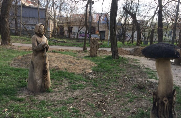 В одесском парке появились оригинальные скульптуры из деревьев (фото)