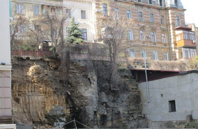 Стройка на Военном спуске в Одессе: в ГАСКе утверждают, что не разрешали резать склон